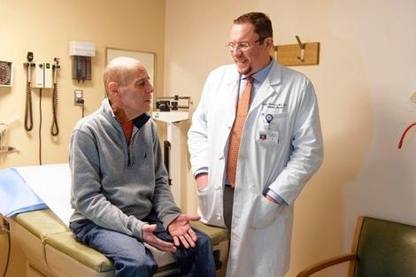 El doctor Renier Brentjens junto a un paciente con leucemia