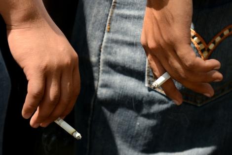 Dos trabajadores fumando en Manila.