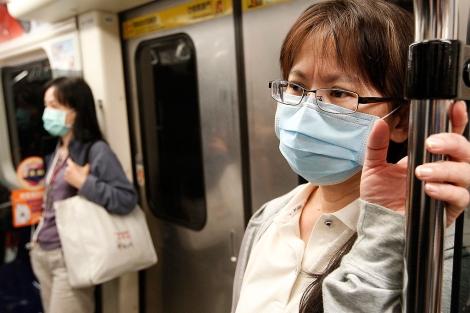 Una mujer con mascarilla en el metro.| Pichi Chuang | Reuters