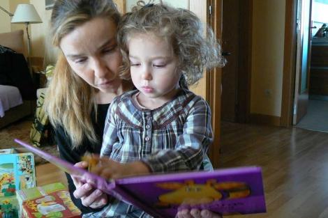 Berta lee un cuento con su madre.| Foto: Juan Ramón Rodríguez