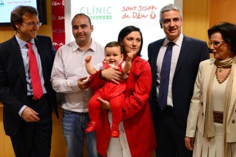 La familia, el bebé y los médicos implicados en la operación.