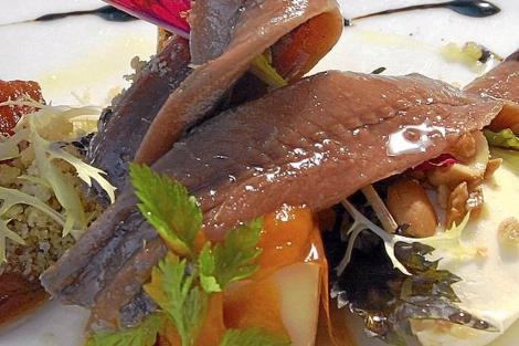Ensalada con textura de anchoas y tomate. | El Mundo
