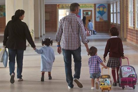 Unos padres acuden al colegio con sus hijos.| EM