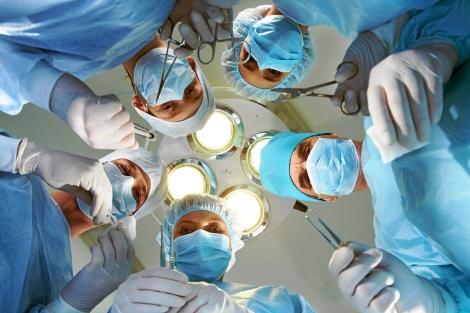 Médicos en un quirófano antes de una operación.