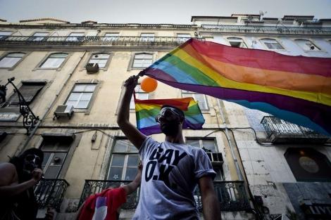 Un hombre ondea la bandera multicolor en el Día del Orgullo Gay en Lisboa.