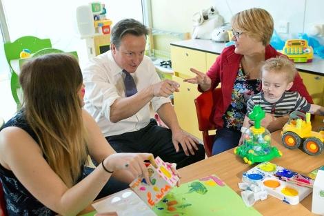 El primer ministro, David Cameron, en un hospital el pasado 5 de julio.| Reuters