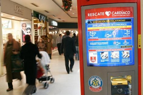 Imagen de un desfibrilador en un centro comercial de Madrid.| EM