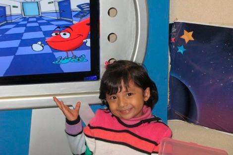 'Dulas' con una de las niñas atendidas en el programa.| M.V.