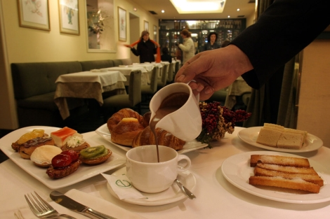 Un camarero sirve una taza de chocolate caliente. | B. Cordón