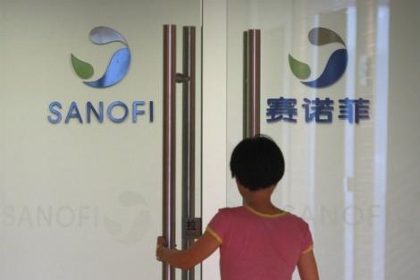 Un empleado entra en una oficina de Sanofi en Shanghai, China