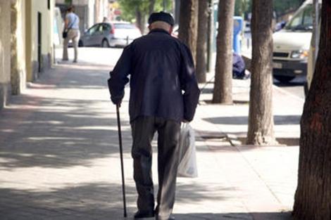 Un anciano pasea por la calle. | SINC