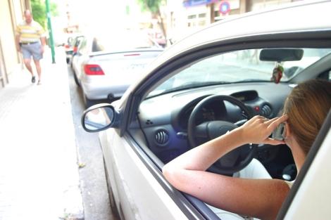 Una mujer habla por teléfono mientras conduce. | E. Calvo