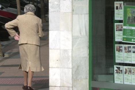 Una anciana paseando en el barrio de Salamanca, Madrid.