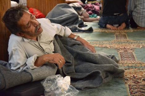 Uno de los supervivientes de un ataque, con supuestas armas químicas, dentro una mezquita de Damasco.