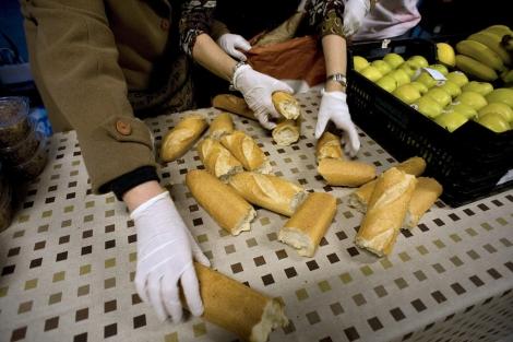 Varios voluntarios colaboran en un comedor social en Barcelona. | S. Cogolludo