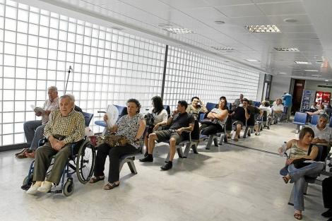 Pacientes esperan en un hospital mallorquín. | J. Avellà