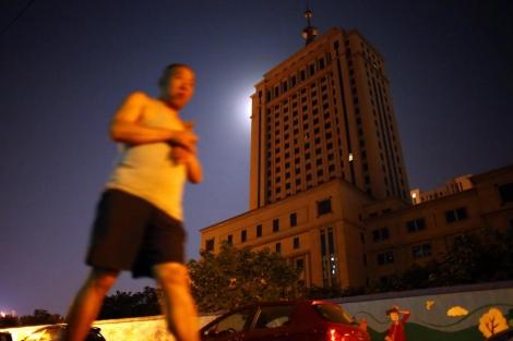 Un hombre pasea en las calles de Jinan. | CARLOS BARRIA | REUTERS
