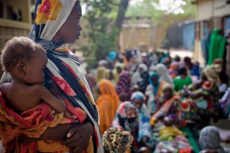 Una mujer sostiene a su hijo en el dispensario Chagoua, en NDjamena, Nigeria. | UNICEF