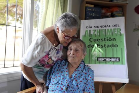 Pepa besa a su madre María, enferma de Alzheimer. | El Mundo