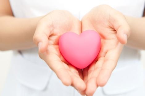 Una mujer sostiene un corazón de juguete. | EL MUNDO