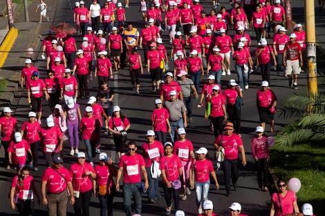Marcha contra el cáncer de mama en Managua (Nicaragua).| Efe | Mario López