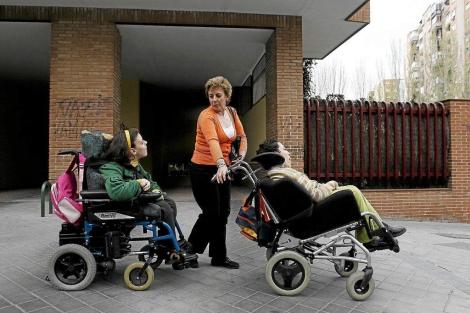 Madre con sus hijas, ambas afectadas por el Síndrome Aicardi-Goutieres.