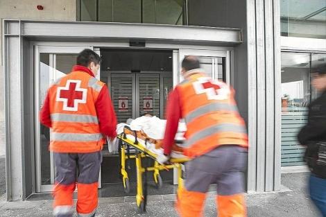 Un servicio de Urgencias accede al Hospital de Dénia. | El Mundo