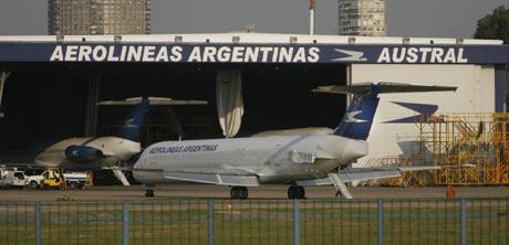 Un avión de Aerolíneas Argentinas en el aeropuerto de Buenos Aires. (Foto: EFE)