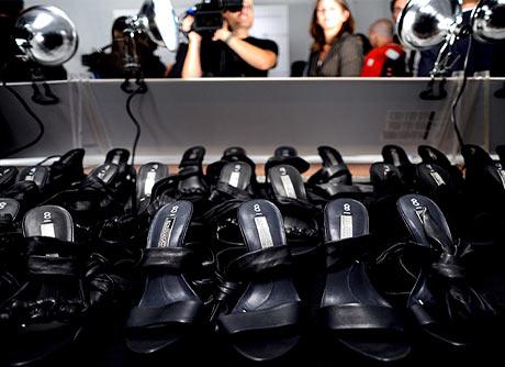 Zapatos de tacón expuestos antes de un desfile de moda en Nueva York. | EFE