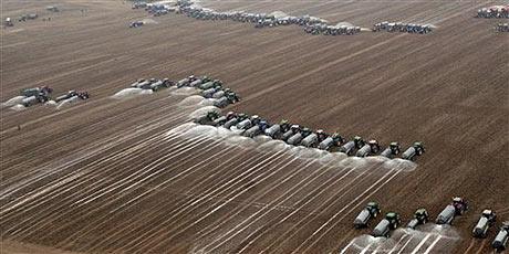Ganaderos derraman leche sobre un campo en Ciney, Bélgica. | AP