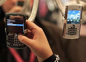 Varias Blackberry en el GSMA World Mobile Congress de Barcelona. (Foto: AFP)