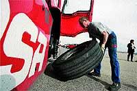 """La ruedas de estos """"gigantes"""" de cinco toneladas tienen unas medidas de 315 pulgadas de alto y 70 de perfil."""