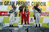 Podio generacional. En el centro de la imagen, Antonio Albacete junto a su hijo de 7 años, en lo más alto del cajón, tras haber vencido el Gran Premio de España de camiones, en el Jarama, en 2005.