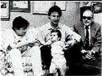 Matías Prats Luque osa junto a su sobrino (izqda.) su hijo y su padre.