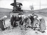 En algunos pueblos levantinos, ante la falta de mano de obra masculina, mujeres voluntarias tuvieron que adecentar las carreteras. 6. Homenaje a las madres de los combatientes en el Ateneo de Madrid. (Foto: EFE)