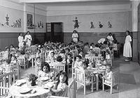 Niños a la hora del almuerzo en un comedor del Auxilio Social de Sevilla, en enero de 1938. (Foto: Contacto)