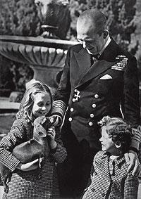 Muy familiar. Las princesas Sofía e Irene, de 9 y 5 años, posan en los jardines del Palacio Real de Atenas junto a su padre, el rey Pablo de Grecia, en 1948.