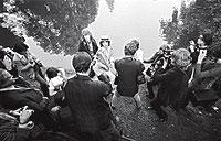 Los Stones en el parque. Mick Jagger, en París, en 1970. Christian Simonpietri tomó esta imagen del cantante de los Rolling Stones con sombrero panamá. A su lado, Mick Taylor, entonces guitarrista del grupo.