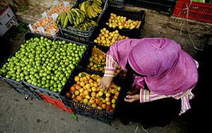 Una mujer palestina compra fruta en un mercado. (Foto: REUTERS)