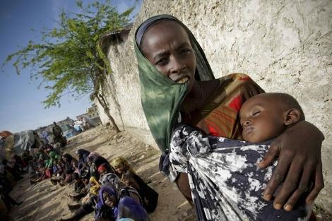 Una mujer somalí acude con su bebé a una clínica.   Stuart Price