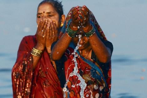 Dos mujeres indias en el Ganges