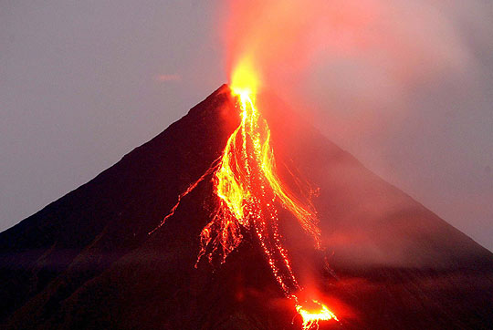 El volcán Mayón en Filipinas a punto de entrar en erupción.