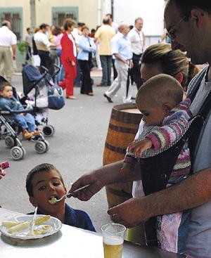 Con las pautas adecuadas, irse de restaurante puede ser un momento agradable para la familia. FOTO: EL MUNDO.